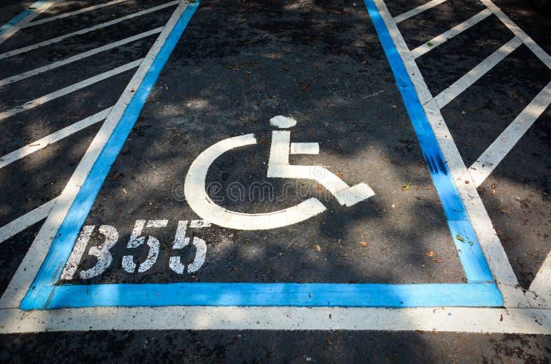 De gehandicapten ondertekenen parkerenvlek, gehandicapten die die vergunningsteken parkeren op weg wordt geschilderd royalty-vrije stock fotografie