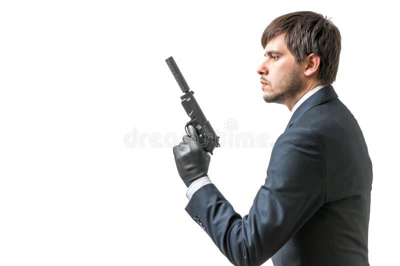 De geheimagent of de spion houden pistool met in hand silincer Geïsoleerd op wit stock afbeeldingen