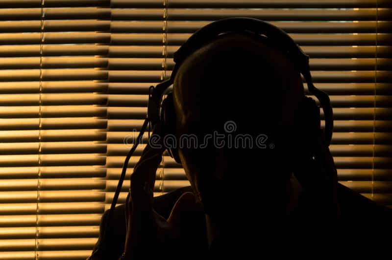 De geheime speciale agent luistert aan het gesprek, registrerend op reel-to-reel Ta royalty-vrije stock afbeeldingen