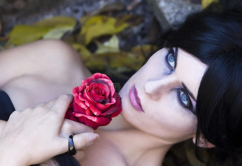 De Geheimzinnige Geklede Gotische Vrouw van Halloween royalty-vrije stock foto