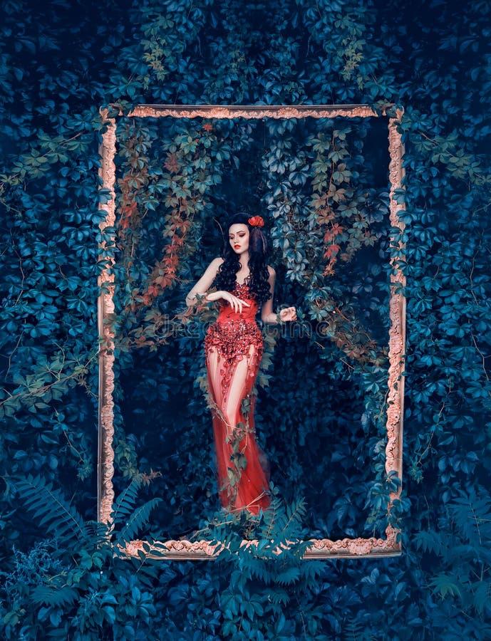De geheimzinnige godin van bos en aard komt uit haar tuin in elegante rode kleding met lange transparante trein en bloemen royalty-vrije stock afbeelding