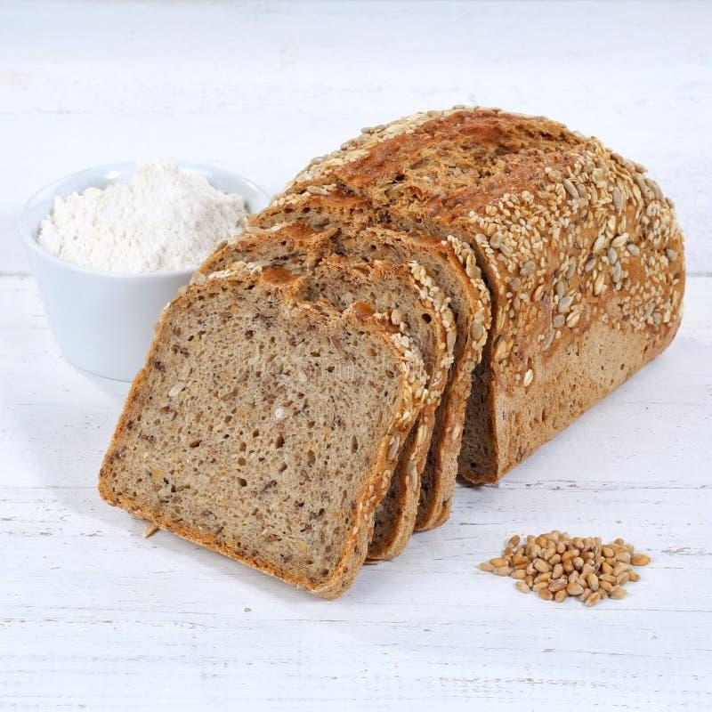 De gehele het broodplak van de tarwekorrel snijdt gesneden broodvierkant op woode stock foto