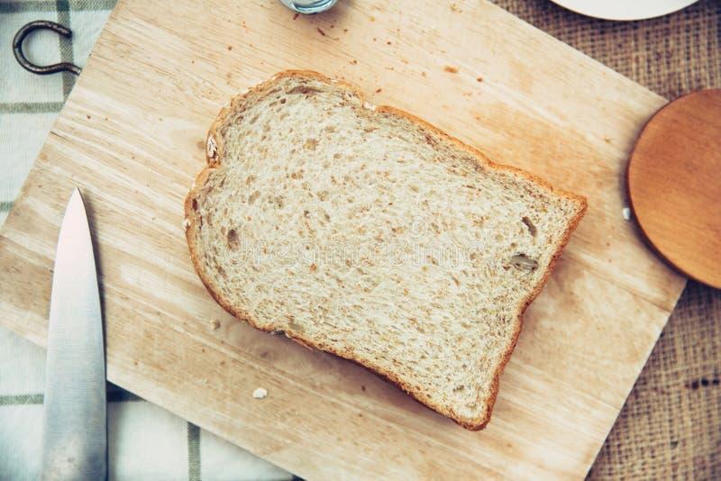 De gehele plattelander van de het brood hoogste mening van de korreltarwe op houten lijst stock foto