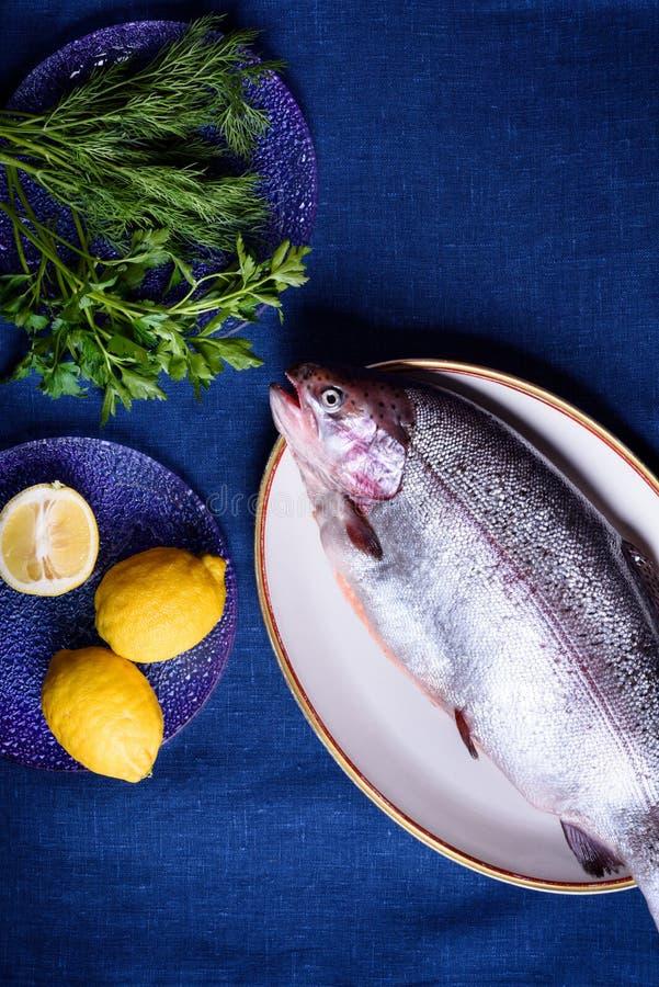 De gehele vissen die prepped voor het koken zijn zeeforel of zalm royalty-vrije stock fotografie