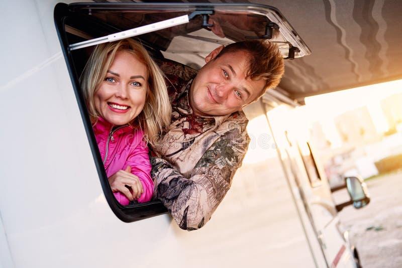 De gehuwde vrouw en de echtgenoot die op middelbare leeftijd van de paarfamilie van caravan weggaan stock fotografie