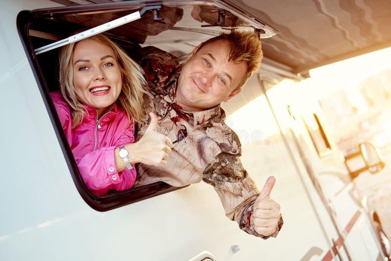 De gehuwde vrouw en de echtgenoot die op middelbare leeftijd van de paarfamilie van caravan weggaan royalty-vrije stock foto