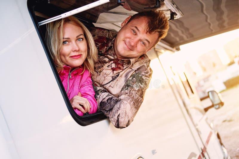 De gehuwde vrouw en de echtgenoot die op middelbare leeftijd van de paarfamilie van caravan weggaan royalty-vrije stock foto's