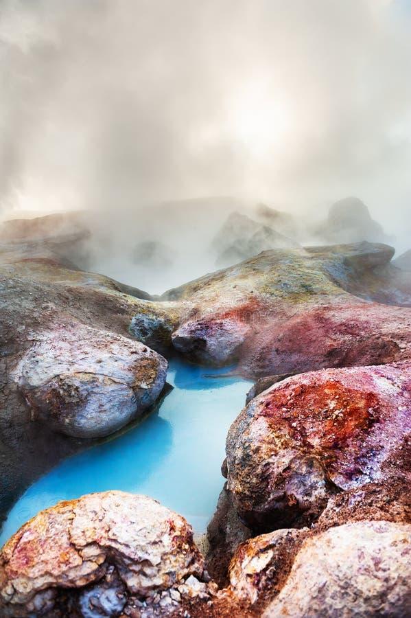 De geisers en de fumarolen van Sol de Manana in Altiplano, Bolivië royalty-vrije stock fotografie