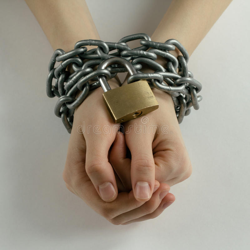 De geketende handen van de vrouw stock afbeelding