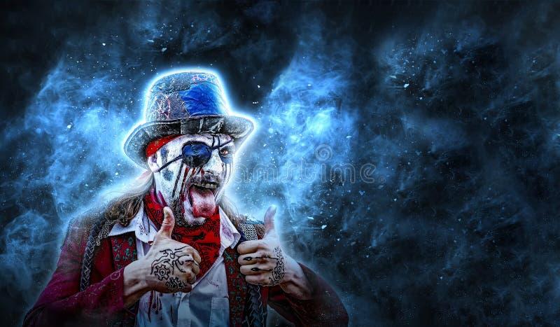 De gekke piraat met een oogflard toont de tong en twee handenduim zwarte achtergrond, plaats voor copyspace royalty-vrije stock foto