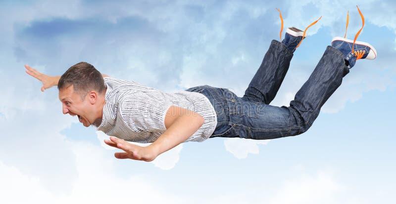 De gekke vliegende man in wolken stock afbeeldingen