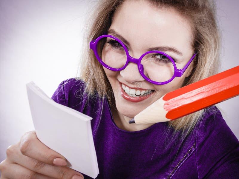 De gekke vrouw houdt groot potlood in hand stock fotografie
