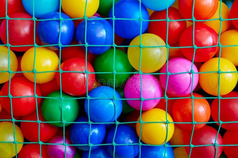 De gekleurde ballen in het net royalty-vrije stock fotografie