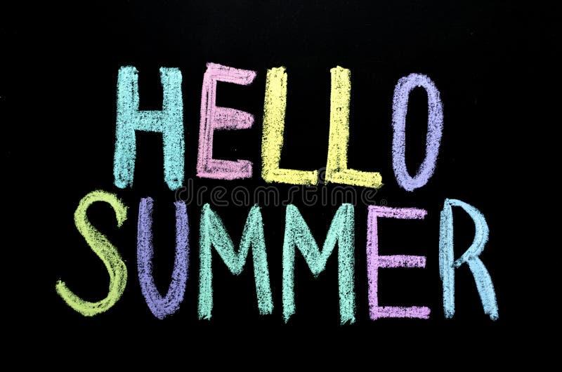 De gekleurde hello zomer op bord vector illustratie