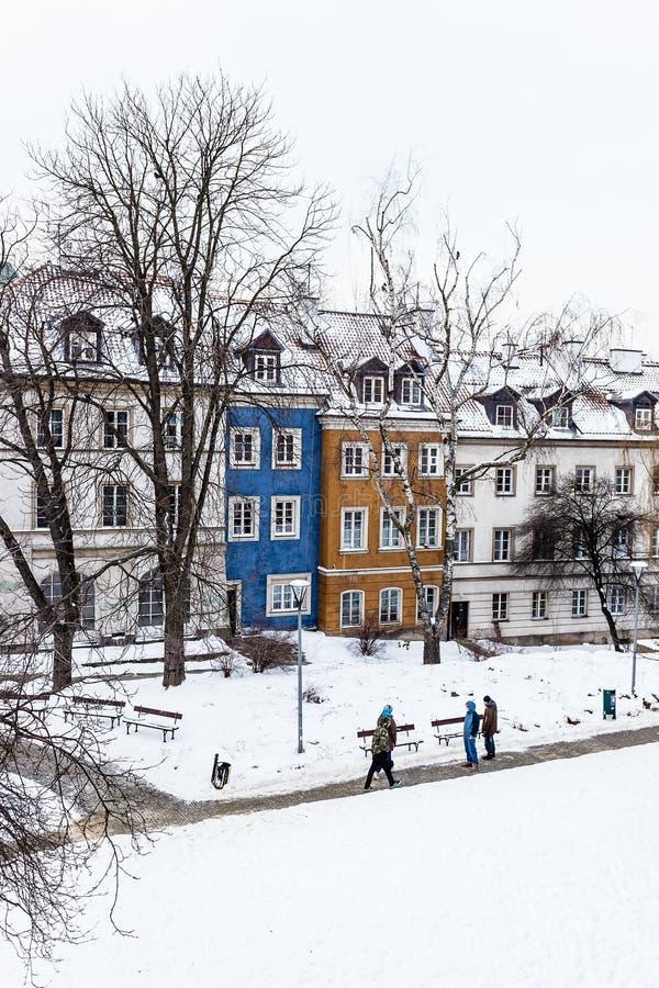 De gekleurde huizen in de oude stad van Warshau na sneeuw stormen in de winter, kleurrijke buitenkanten tegen de witte sneeuw royalty-vrije stock foto's