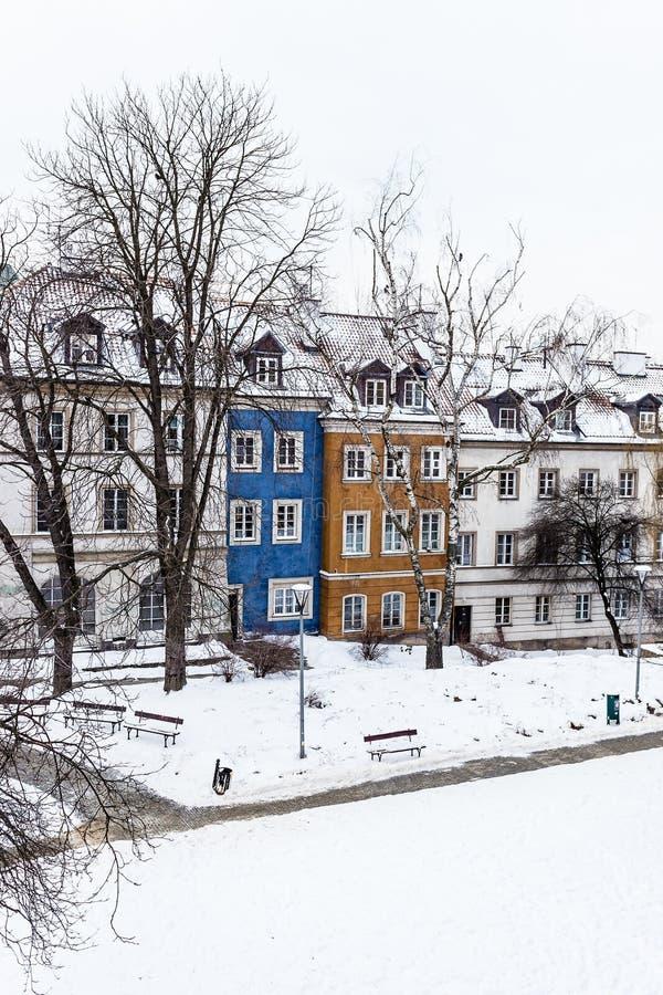 De gekleurde huizen in de oude stad van Warshau na sneeuw stormen in de winter, kleurrijke buitenkanten tegen de witte sneeuw stock afbeelding