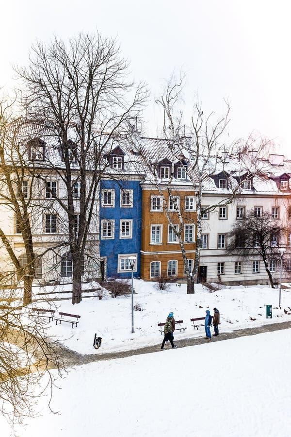 De gekleurde huizen in de oude stad van Warshau na sneeuwonweer in de winter, kleurrijke buitenkanten tegen de witte sneeuw, kleu royalty-vrije stock foto's