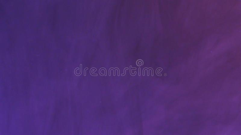 De gekleurde inktwolk groeit in water op Purpere achtergrond stock illustratie