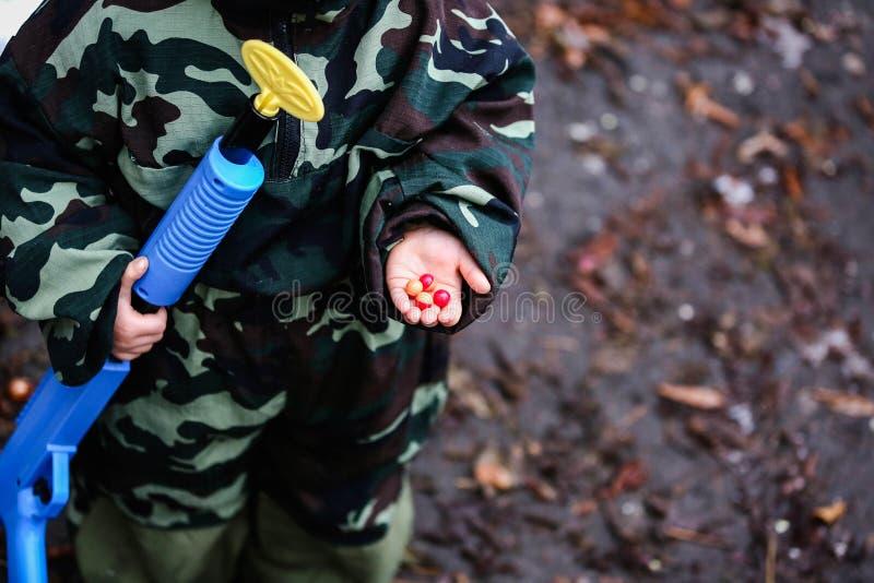 De gekleurde kogels liggen op de palm van een kind stock foto's