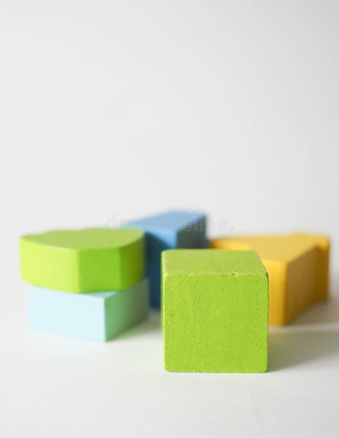 De gekleurde kubussen van kinderen stock foto's