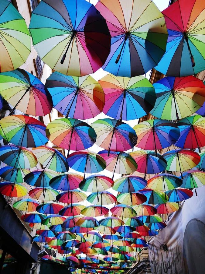 De gekleurde paraplu's verfraaien een straat in Boekarest royalty-vrije stock foto's