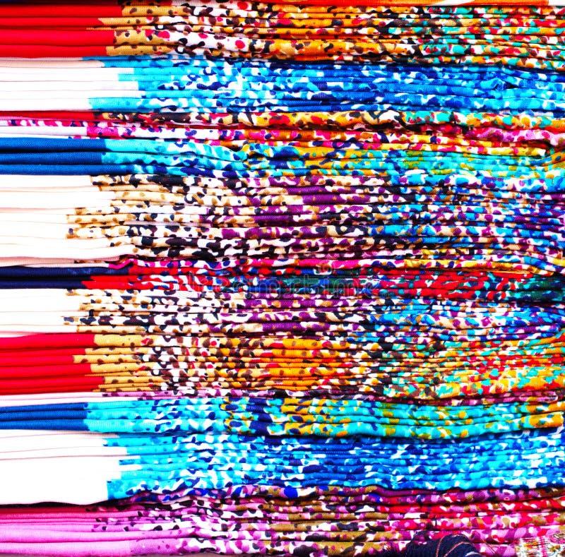 De gekleurde stapel van de zijdestof stock foto