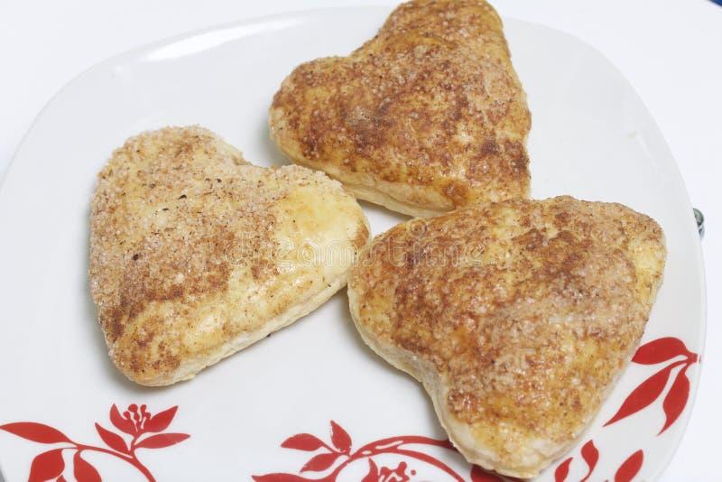 De gekookte broodjes van het bladerdeeg over de platen royalty-vrije stock afbeeldingen