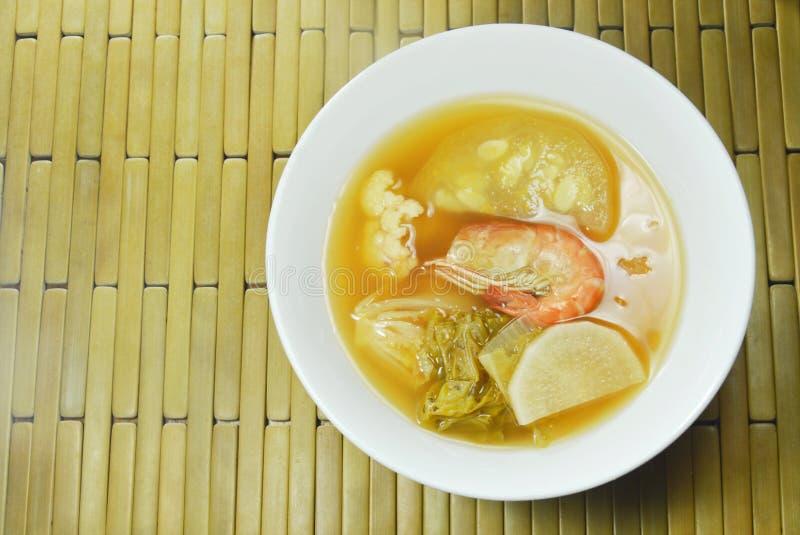 De gekookte gemengde plantaardige Thaise kruidige soep van bovenste laagjegarnalen op kom royalty-vrije stock foto