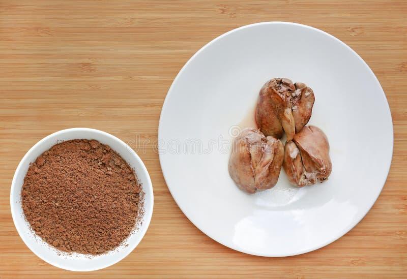 De gekookte kippenlever in witte plaat en Fijngestampt kookt kippenlever in kom op houten raadsachtergrond stock foto