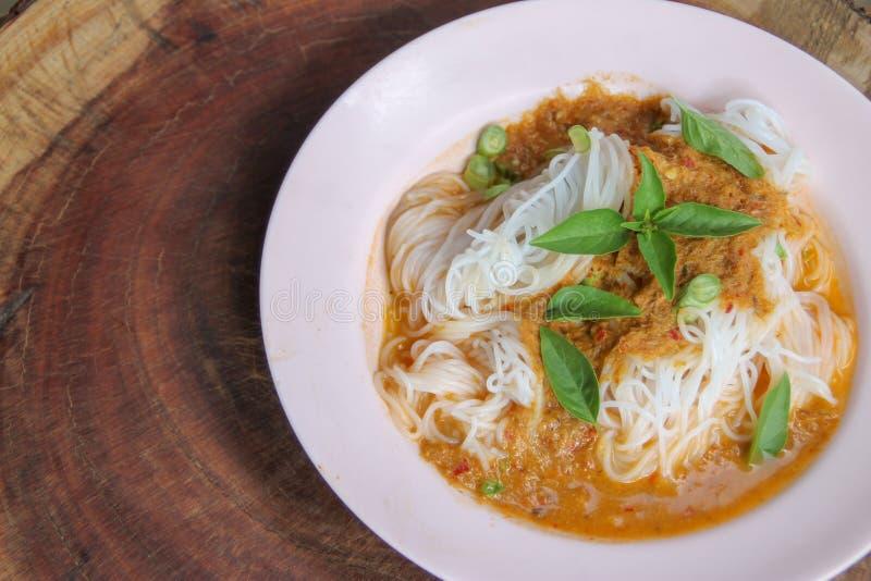 De gekookte Thaise die rijstvermicelli, gewoonlijk worden gegeten met kruiden en groente met kerrie stock afbeeldingen