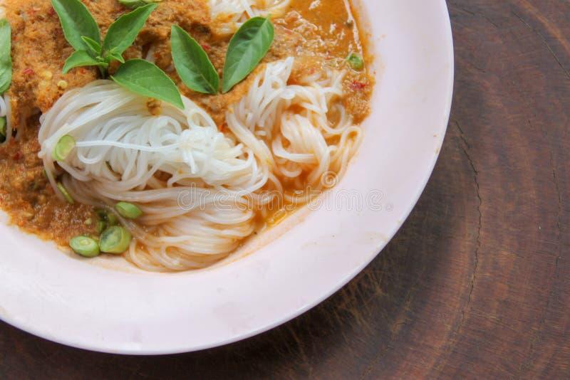 De gekookte Thaise die rijstvermicelli, gewoonlijk worden gegeten met kruiden en groente met kerrie royalty-vrije stock afbeelding