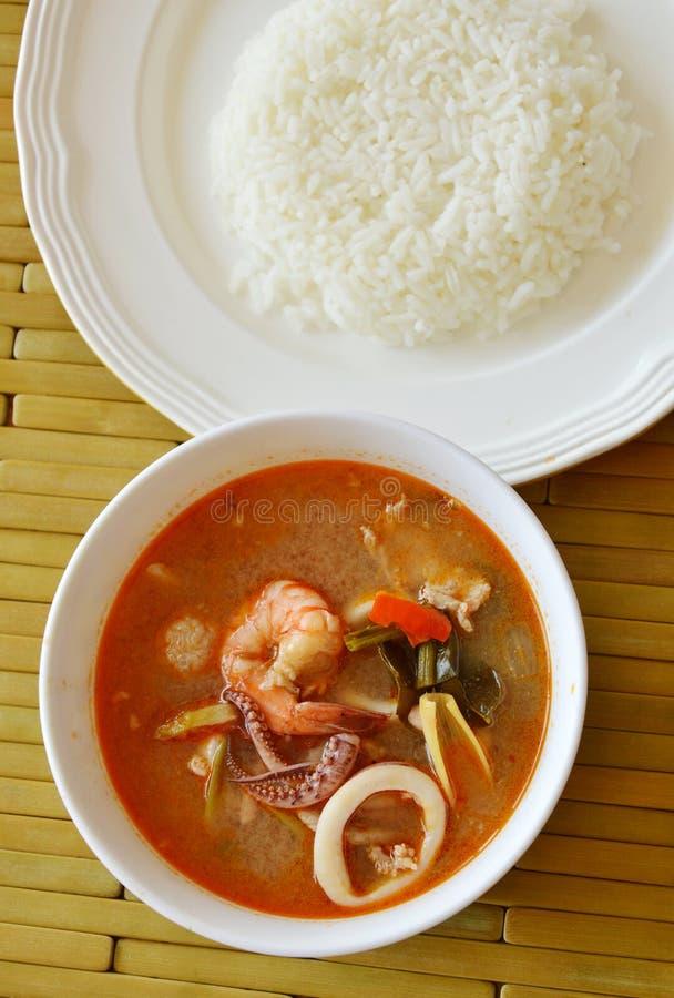 De gekookte zeevruchten en varkensvleestom yum Thaise kruidige soep eet met rijst royalty-vrije stock foto's