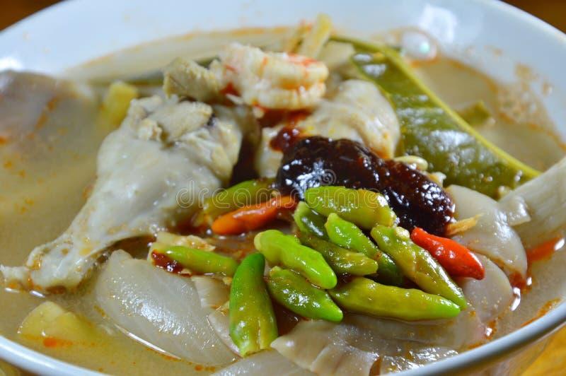De gekookte zeevruchten met kruidig de soepbovenste laagje van het kippenbeen braadden Spaanse peperdeeg op kom royalty-vrije stock foto's