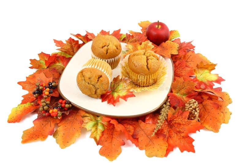 De gekruide Muffins van de Pompoen met de Bladeren van de Daling stock foto