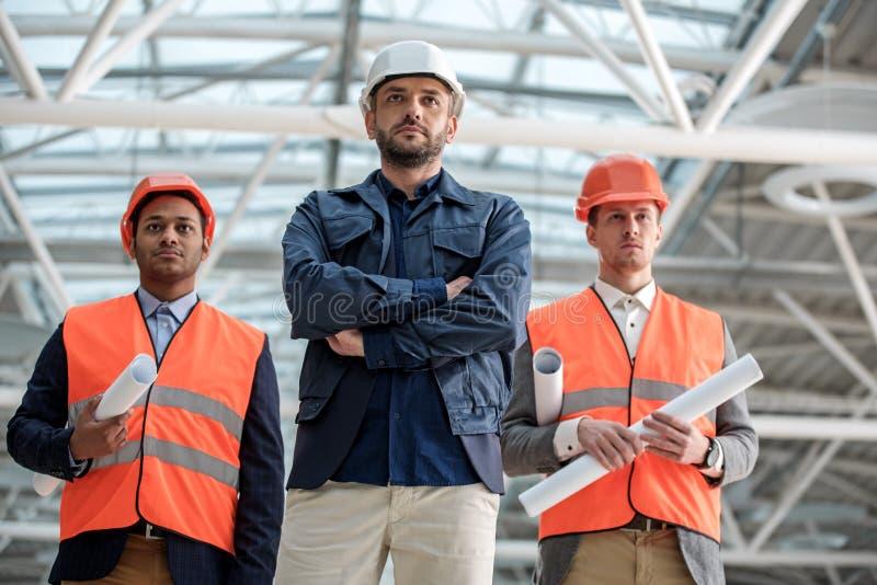 De gekwalificeerde bouwers werken aan nieuw project royalty-vrije stock foto's