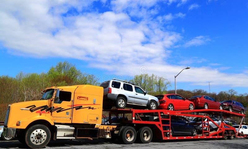 De geladen Aanhangwagen van de Auto'svrachtwagen royalty-vrije stock afbeelding