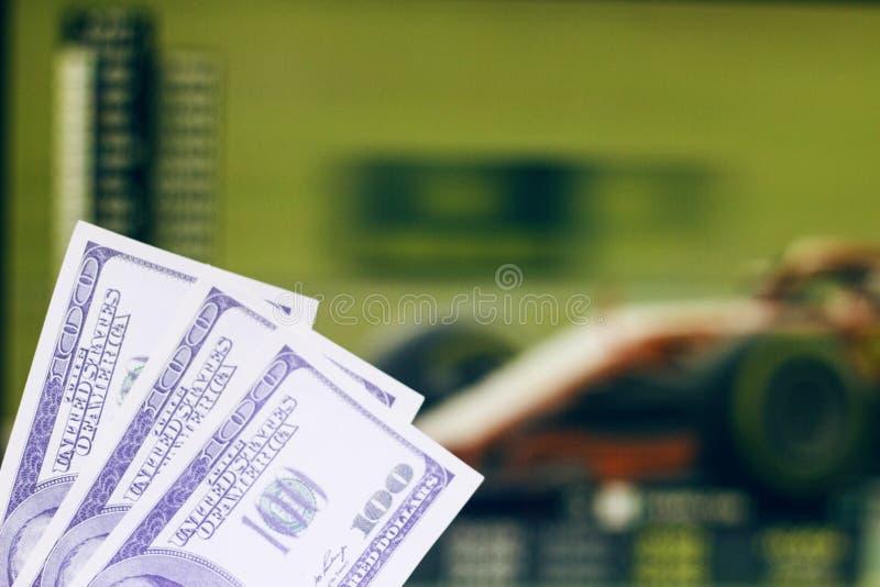 De gelddollars op de achtergrond van TV waarop auto het rennen formule 1 gaat, sluiten omhoog, autoras stock foto