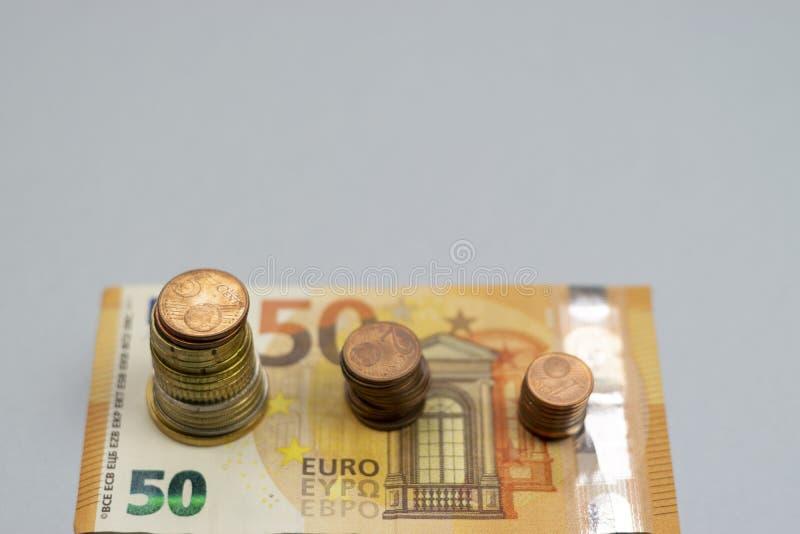 De geldstapel voert het groeien het geld van de de groeibesparing, Concepten financi?le handelsinvesteringen op royalty-vrije stock foto
