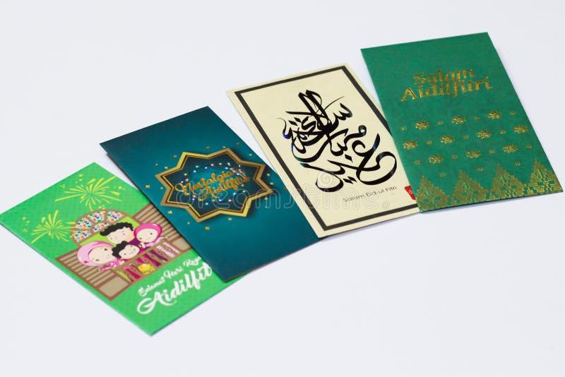 De geldzak wordt gegeven van volwassene aan kinderen tijdens Eid Mubarak-viering in Maleisi? stock afbeeldingen