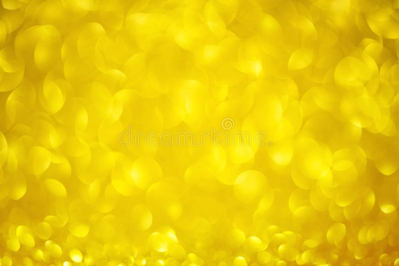De gele achtergrond van de valentijnskaartendag met gouden ronde bokeh Gouden het concept van de liefdedag schittert cirkeltextuu stock foto