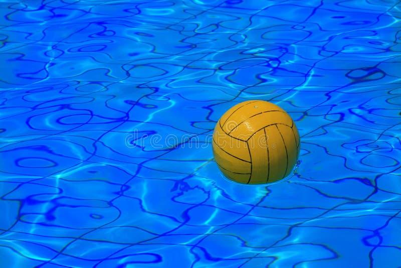 De gele bal van het waterpolo op waterachtergrond royalty-vrije stock foto