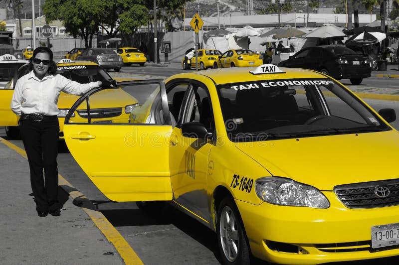 De gele bestuurder van de cabinetaxi bij grens de tijuana-V.S. royalty-vrije stock afbeeldingen