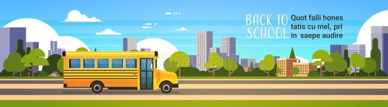 De gele bus terug naar scholieren vervoert concept op cityscape achtergrond vlakke exemplaar ruimtebanner vector illustratie