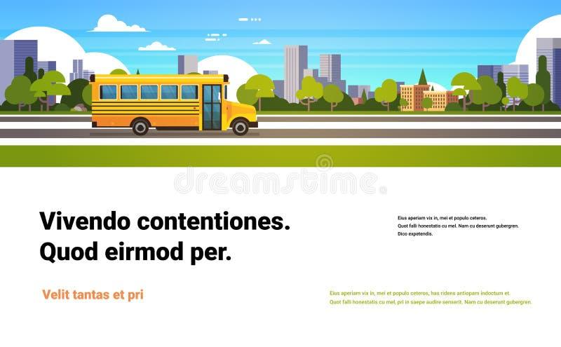 De gele bus terug naar scholieren vervoert concept op cityscape wolkenkrabber achtergrond vlakke horizontale exemplaarruimte stock illustratie