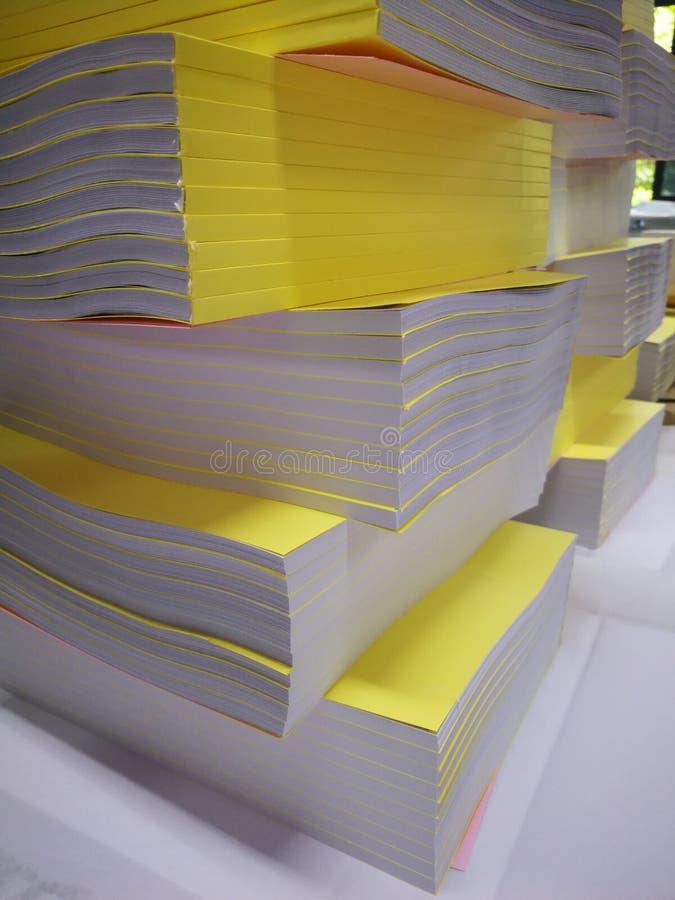 De gele document stapel, gele dekking, wordt geniet in een boek stock foto