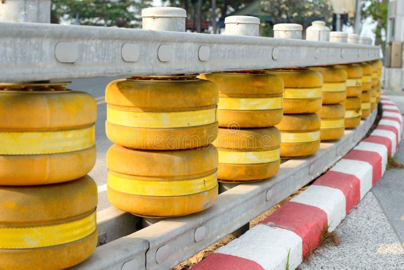 De gele en rode barrière van het wegtraliewerk, wachtspoor royalty-vrije stock fotografie