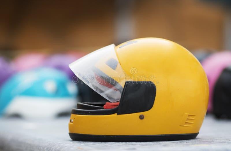 De gele en zwarte helm met ogen plastic masker voor de extreme activiteit van de motorsport, hobby voor pret, heeft detailssport  royalty-vrije stock foto's