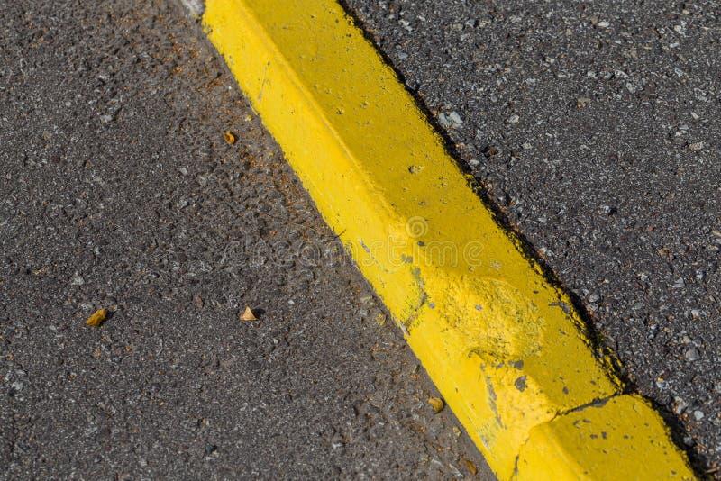 De gele grens van de randsteen stock foto