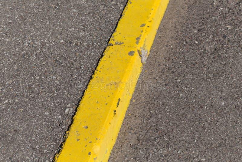 De gele grens van de randsteen stock afbeelding