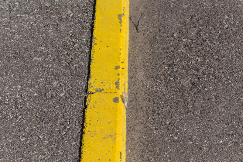 De gele grens van de randsteen royalty-vrije stock fotografie